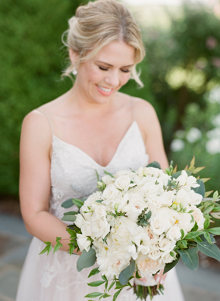 bride-wedding-flowers-close-up
